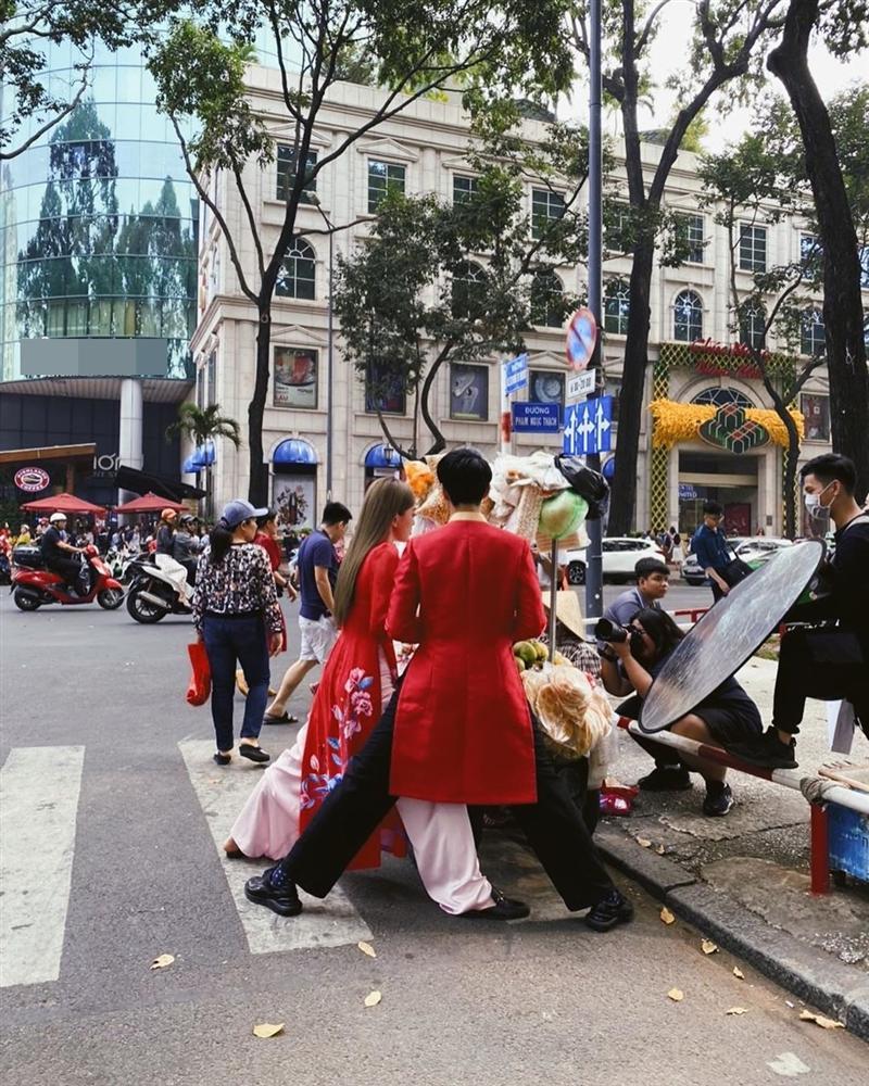 Hết hồn với dáng đứng của Bình An - Bùi Phương Nga trên phố khi mặc áo dài - Hình 1