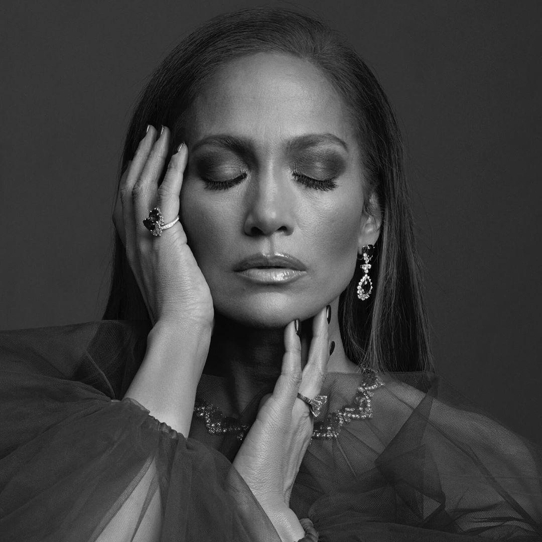 Jennifer Lopez 50 tuổi trẻ đẹp đầy mê hoặc với đường cong nảy lửa - Hình 8