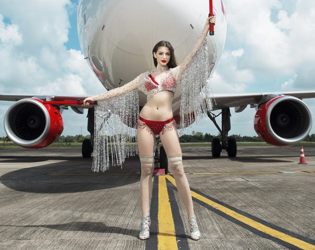 Người đẹp mặc bikini đi bay: Độc chiêu hút khách của các hãng hàng không - Hình 1