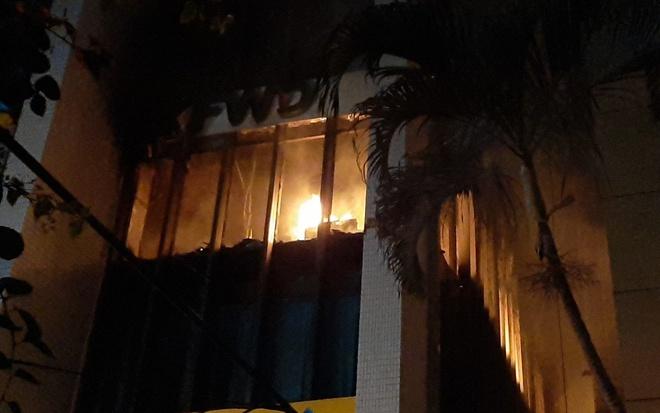 Cháy lớn tại tòa nhà dầu khí Thanh Hóa, nhiều người mắc kẹt - Hình 1