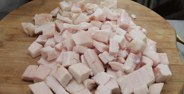 Chỉ cần thêm bước này trước khi đun sôi, mỡ lợn sẽ trắng tinh, thơm để lâu không hỏng - Hình 1