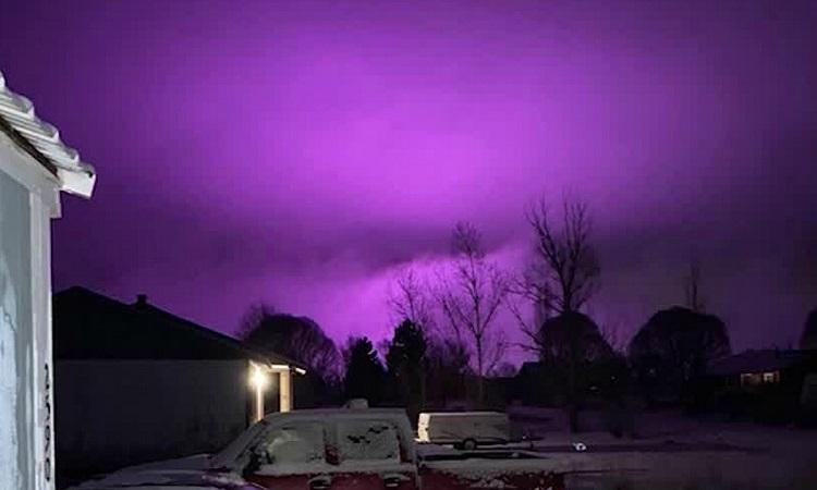 Hiện tượng kỳ lạ: Bầu trời Mỹ bất ngờ bao phủ một màu tím đậm - Hình 1