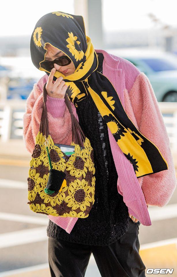 Mino (WINNER) mặc đồ hoa lá theo phong cách người già ra sân bay - Hình 1