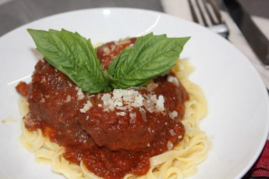 Cách làm thịt bò cuộn sốt cà chua kiểu Ý - Hình 1