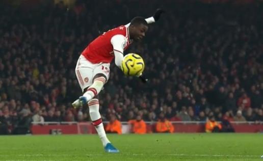 Khán giả Emirates đồng loạt vỗ tay khi anh ta đi bộ ngoài sân - Hình 1