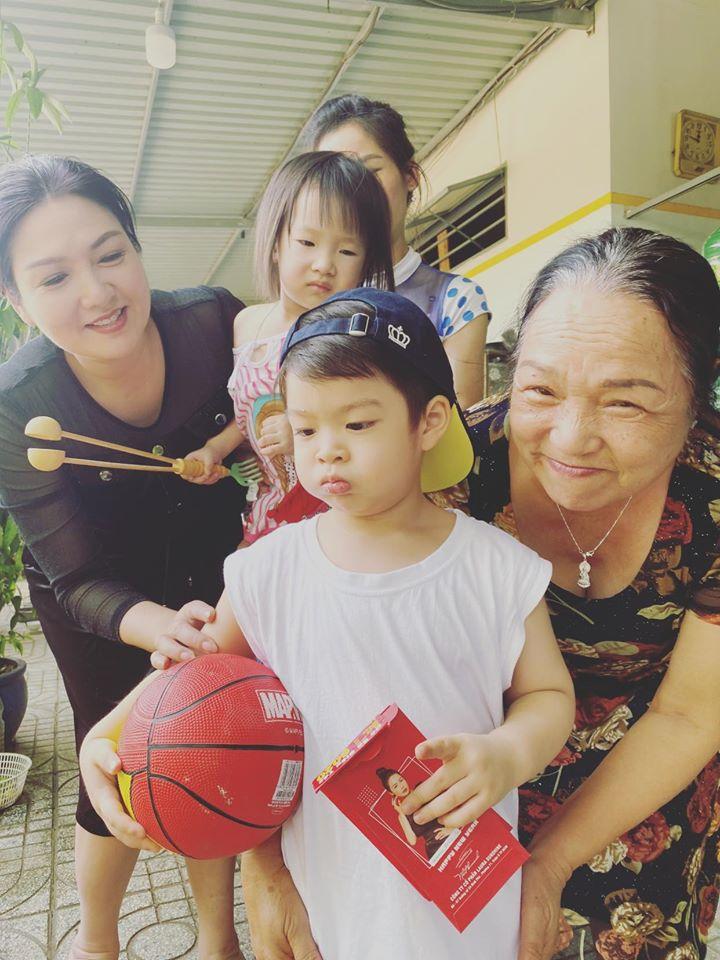 Con trai Nhật Kim Anh khóc, không chịu rời mẹ khi đưa về nhà nội: Ăn Tết vội vàng chỉ trong 3 ngày - Hình 9