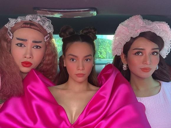 Búi tóc như na tra cực hài hước, Hà Hồ vẫn bị chiếm spotlight bởi hai cô hầu gái - Hình 1