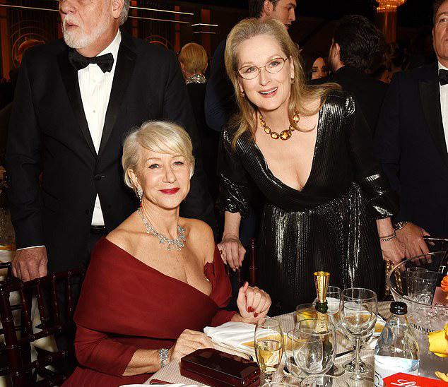 Meryl Streep sửa váy cho Helen Mirren - Hình 2