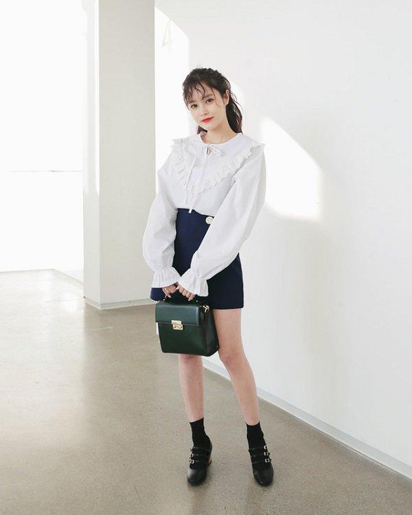 Khéo chọn áo sơ mi cách điệu, phong cách đi làm của chị em sẽ bớt nhàm chán hơn nhiều - Hình 1