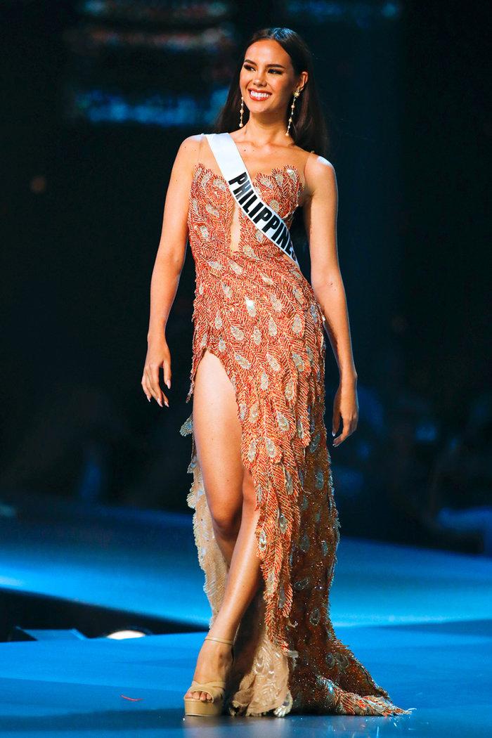 Hương Giang bất ngờ bị fan Philippines tố mặc váy nhái của Catriona Gray, fan Việt quyết bảo vệ đến cùng - Hình 7