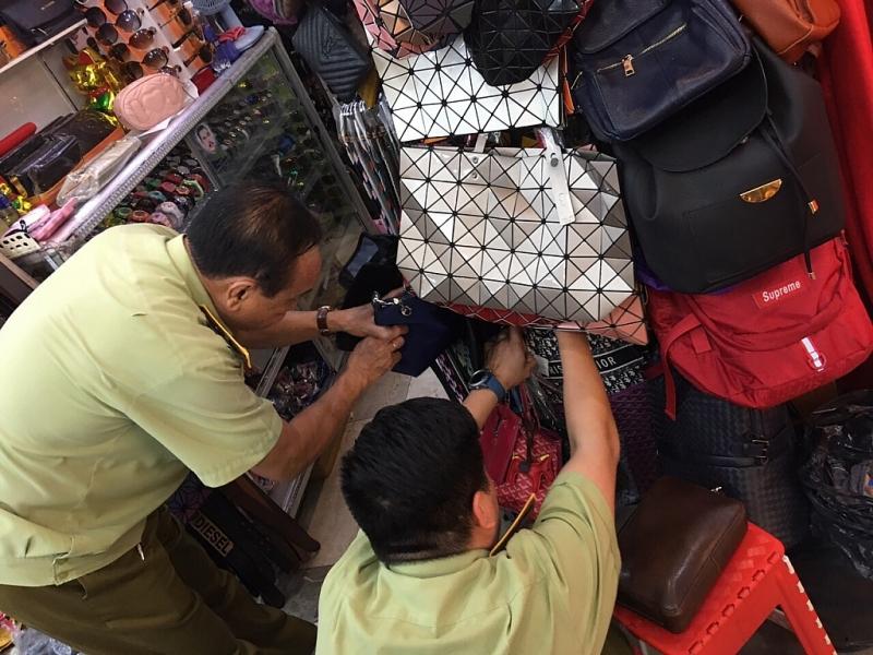 TPHCM: Tạm giữ gần 500 sản phẩm thời trang nghi là hàng giả - Hình 1