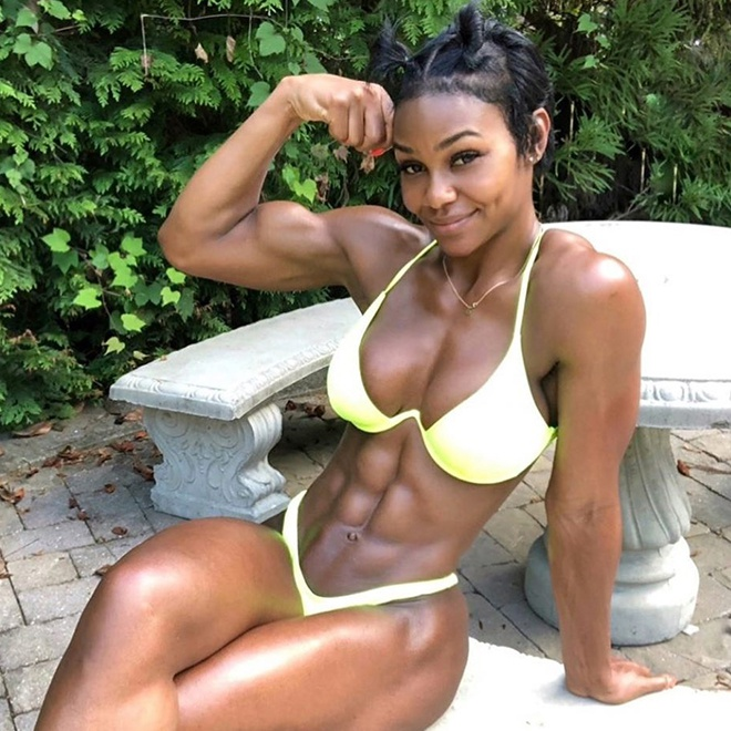 Nữ người mẫu có cơ bụng 6 múi nhờ đam mê tập gym - Hình 4