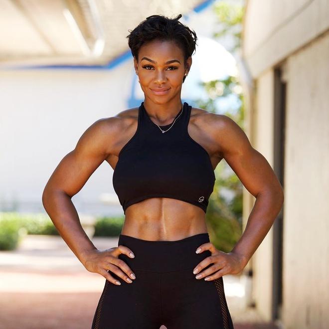 Nữ người mẫu có cơ bụng 6 múi nhờ đam mê tập gym - Hình 2