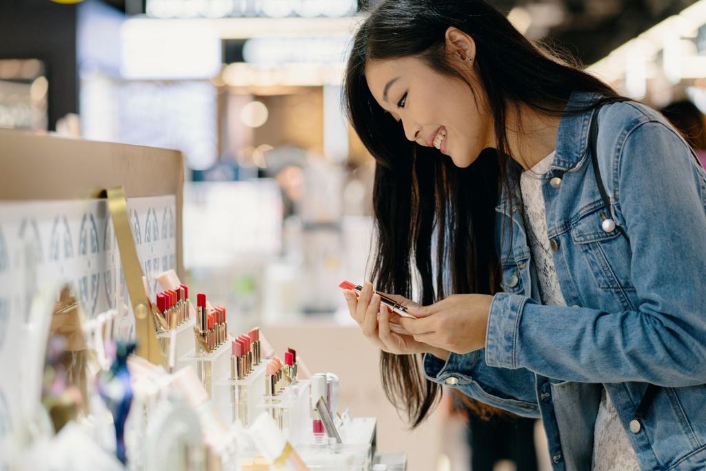 Giới trẻ châu Á nghiện khoe đồ hiệu trên mạng - Hình 3