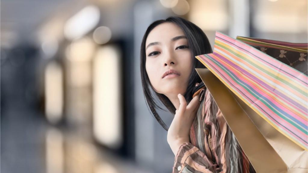 Giới trẻ châu Á nghiện khoe đồ hiệu trên mạng - Hình 1