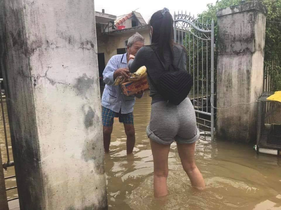 Thủy Tiên nhận hơn 30 tỷ cứu trợ lũ lụt, nói rõ việc trao quà không công bằng - Hình 4