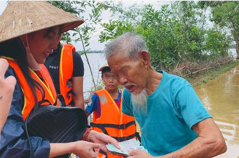 Thủy Tiên nhận hơn 30 tỷ cứu trợ lũ lụt, nói rõ việc trao quà không công bằng - Hình 6