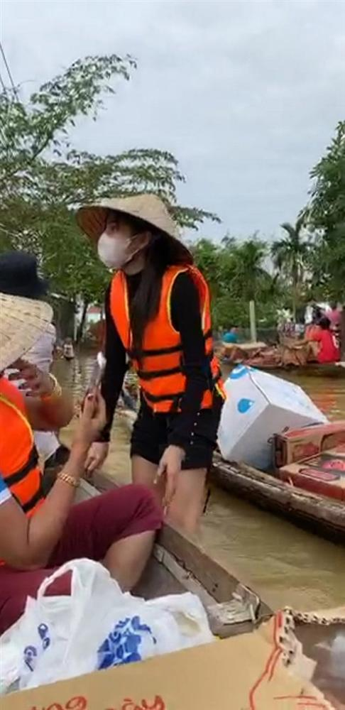 Đang đi từ thiện miền Trung, Thủy Tiên bất ngờ tuyên bố với Công Vinh: Nếu 2 đứa có bất trắc sẽ ra đi cùng con - Hình 6