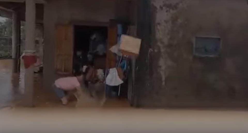 Tịnh thất Bồng Lai gây tranh cãi khi cứu trợ người dân bị lũ lụt như bố thí, ném thùng mì xuống dòng nước bẩn - Hình 4