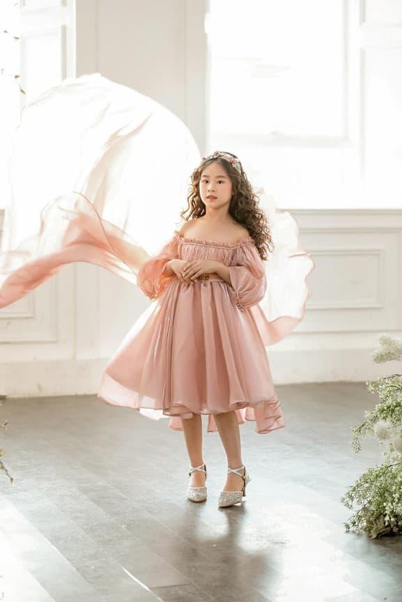 Mẫu nhí Cánh Cam Bảo Thy xinh tựa thiên thần khi diện váy của NTK Thùy Dương Bùi - Hình 5