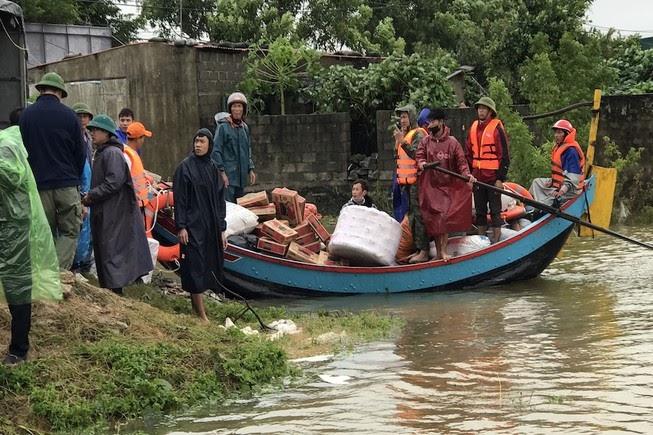 VTV gây tranh cãi gay gắt với phóng sự: Thuyền cứu trợ của các đoàn thiện nguyện tự đi có thể làm sụp nhà dân - Hình 2