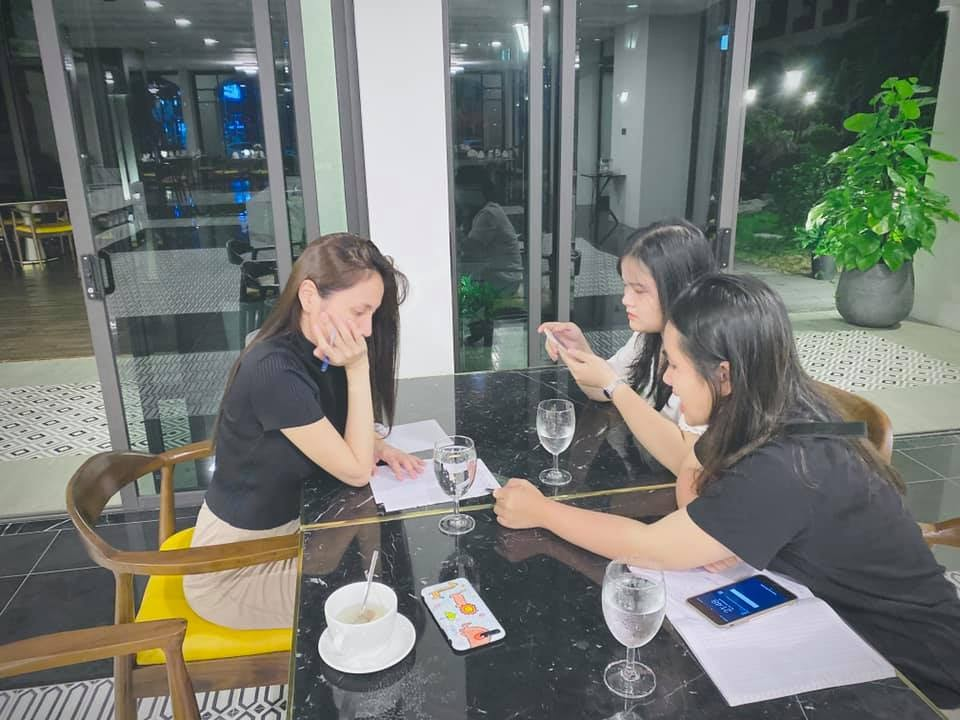 Nhóm người Việt ở Nhật xin Thủy Tiên giúp đỡ bị bóc: Toàn thanh niên to khỏe, xài điện thoại xịn, vàng đeo đầy tay, đi du lịch khắp nơi - Hình 1
