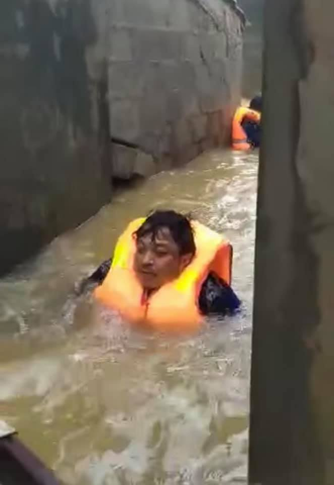 Chủ tịch xã ở Quảng Bình bơi trong nước lũ cứu hơn 100 người - Hình 1