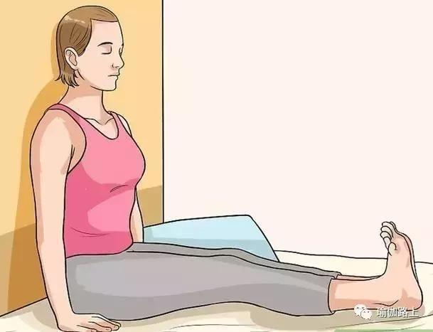 7 động tác yoga ngay trên giường giúp bụng nhỏ, chân thon - Hình 4