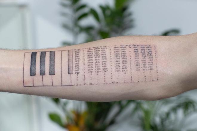 Nghệ sĩ duy nhất biết xăm mã code lên cơ thể - Hình 7