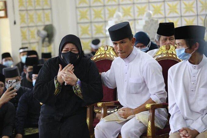 Tang lễ đẫm nước mắt của Hoàng tử Brunei trẻ tuổi: Người mẹ khóc ngất bên linh cữu con trai khiến ai cũng xót xa - Hình 5
