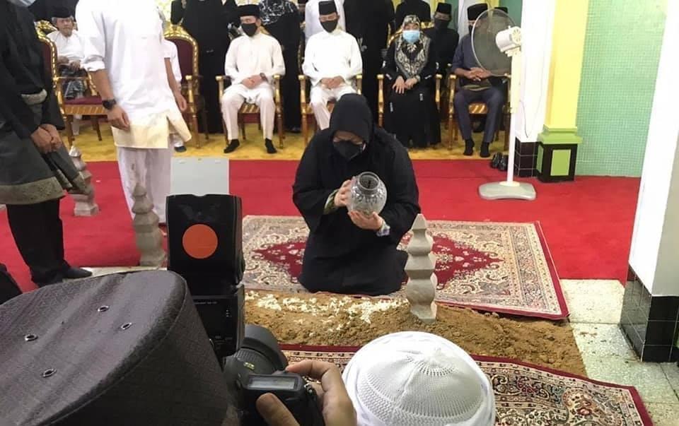 Tang lễ đẫm nước mắt của Hoàng tử Brunei trẻ tuổi: Người mẹ khóc ngất bên linh cữu con trai khiến ai cũng xót xa - Hình 7