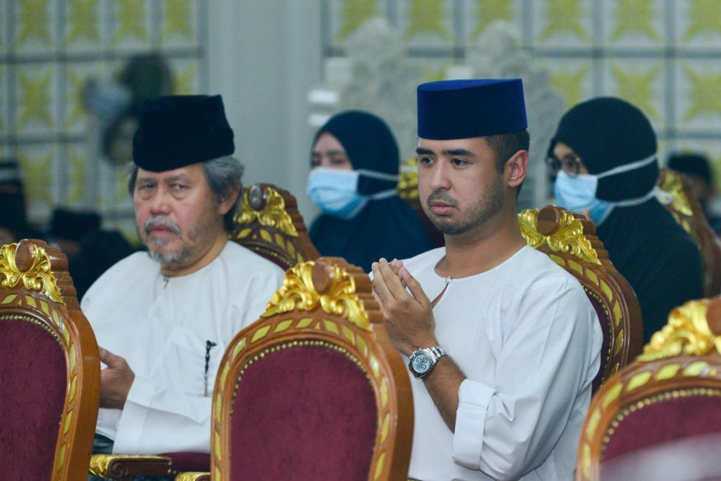Tang lễ đẫm nước mắt của Hoàng tử Brunei trẻ tuổi: Người mẹ khóc ngất bên linh cữu con trai khiến ai cũng xót xa - Hình 8