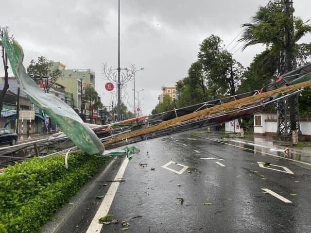 Người dân Quảng Nam vứt bỏ xe máy chạy tán loạn khi bão số 9 đổ bộ: Đã dặn trước mà vẫn liều lĩnh ra đường - Hình 11
