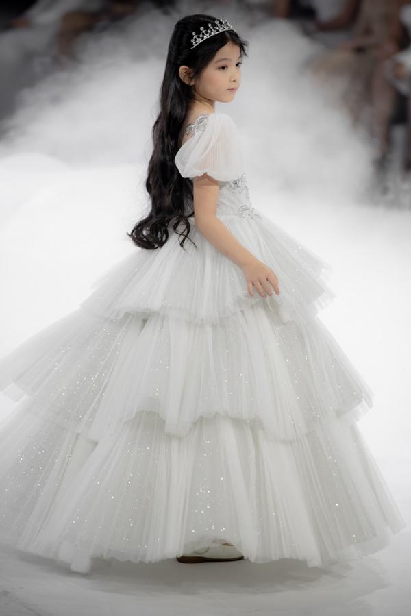 Dàn mẫu nhí xinh như công chúa, thần thái chuẩn người mẫu trong show diễn thời trang - Hình 6