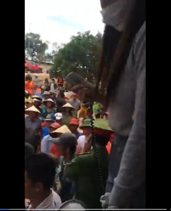 Lộ clip Thủy Tiên chỉ tay, quát lớn tiếng, không chịu phát tiền vì dân mất trật tự ở Quảng Bình - Hình 5