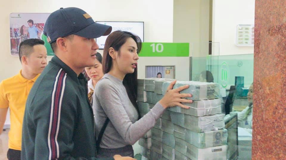 Sáng nay - Công Vinh, Thủy Tiên than trời vì đếm tiền liệt tay gửi cho 13.000 hộ dân miền Trung - Hình 4