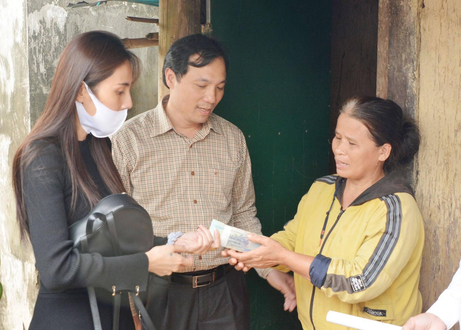 HOT: Cán bộ thôn lên tiếng chuyện thu lại tiền Thủy Tiên ủng hộ người dân, dân mạng bất bình - Hình 10