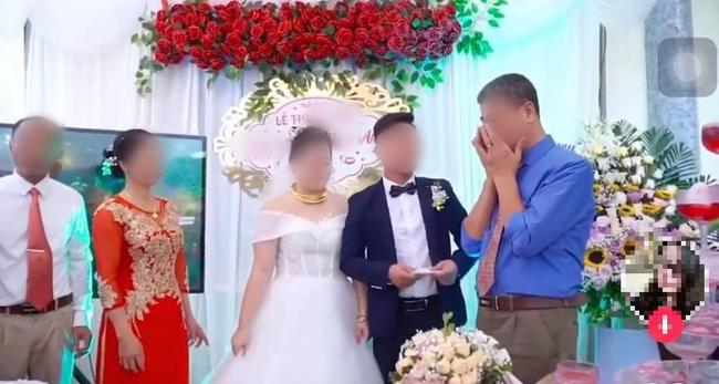 Đứng trên sân khấu ngày con về nhà chồng, bố liên tục lấy tay gạt nước mắt, thái độ của cô dâu gây tranh cãi - Hình 4