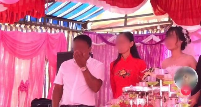 Đứng trên sân khấu ngày con về nhà chồng, bố liên tục lấy tay gạt nước mắt, thái độ của cô dâu gây tranh cãi - Hình 1