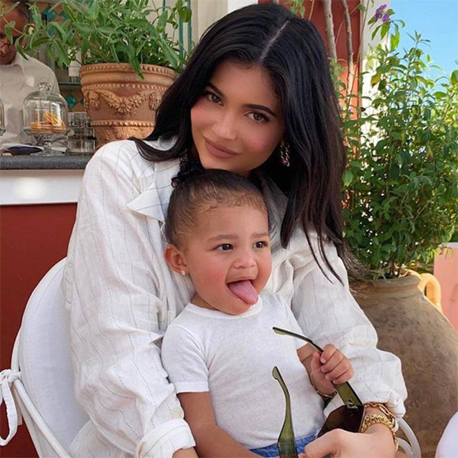 Con gái 3 tuổi của tỷ phú Kylie Jenner: Sống xa hoa, xài đồ hiệu nghìn đô - Hình 2