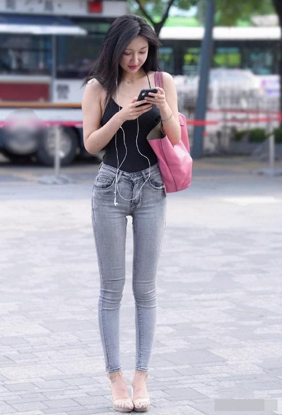Ảnh chụp đường phố: Cô gái mặc áo hai dây ôm sát, khoe khéo vòng eo và hông, tôn vẻ quyến rũ - Hình 4