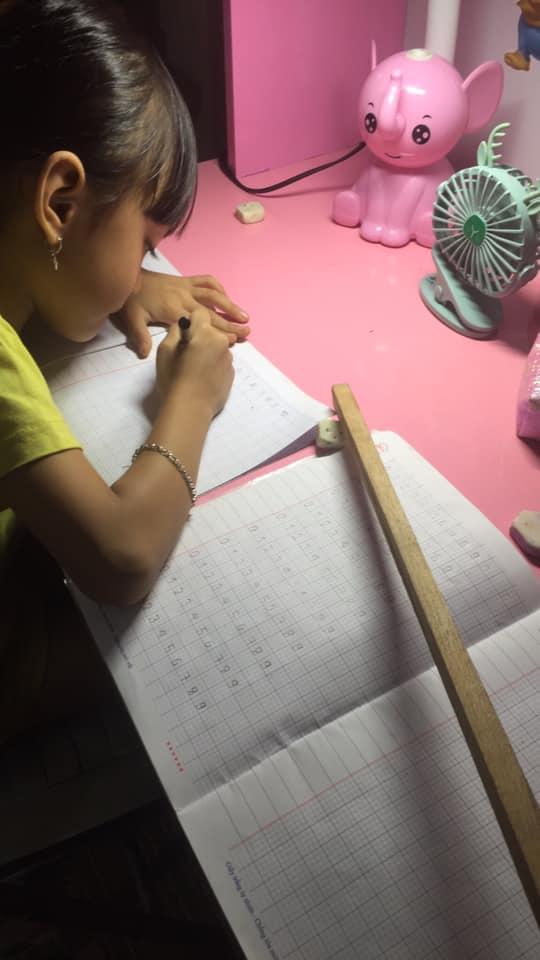 Con vào lớp 1: Tưởng tự dạy con học bài mỗi tối là tốt, ai ngờ Tiến sĩ giáo dục chỉ ra loạt tai hại - Hình 1