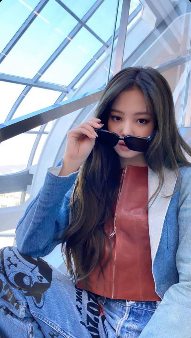 Jennie (BLACKPINK) khoe ảnh khoe style ngầu đét, dân tình lại dán mắt vào background toà nhà siêu dị mới của YG - Hình 1