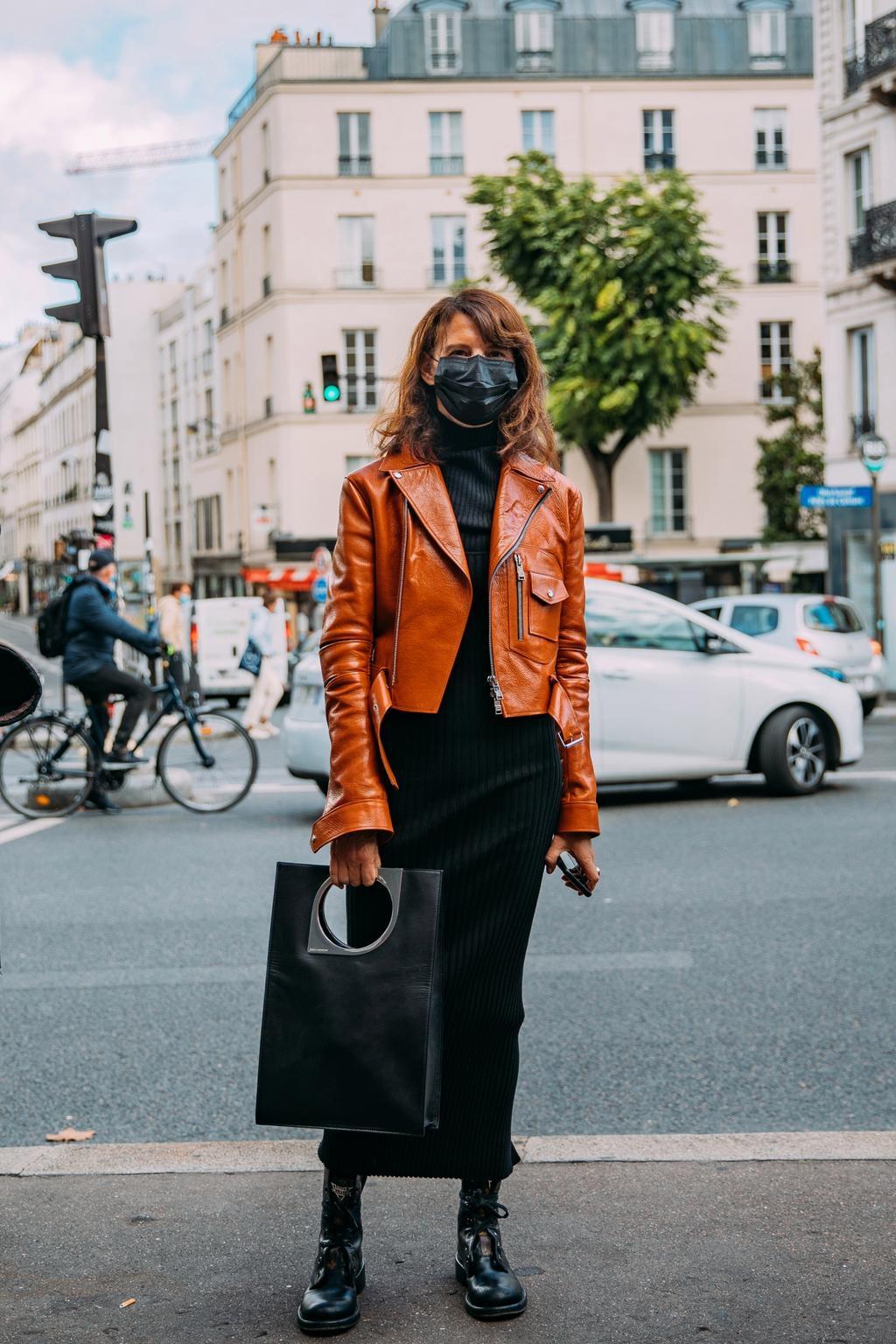 Khẩu trang đen được chuộng ở Paris Fashion Week - Hình 6