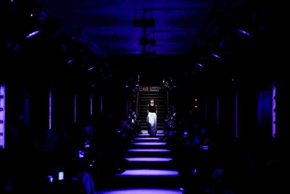 Những sân khấu ấn tượng nhất trong lịch sử sàn catwalk - Hình 10