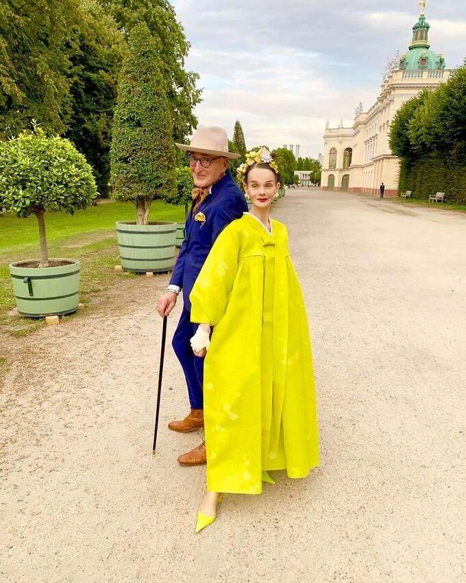 Cặp đôi 70 tuổi người Đức khoe gu thời trang cực chất - Hình 5