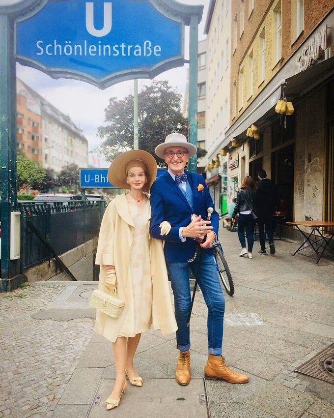 Cặp đôi 70 tuổi người Đức khoe gu thời trang cực chất - Hình 6