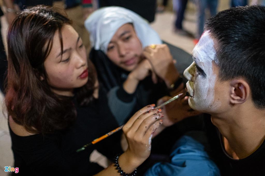 Thợ trang điểm vỉa hè kiếm tiền triệu trong đêm Halloween - Hình 6