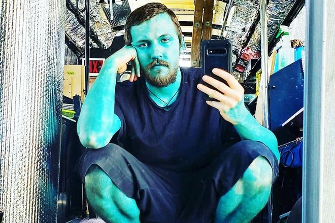 Chàng trai xăm toàn thân màu xanh ngọc - Hình 1
