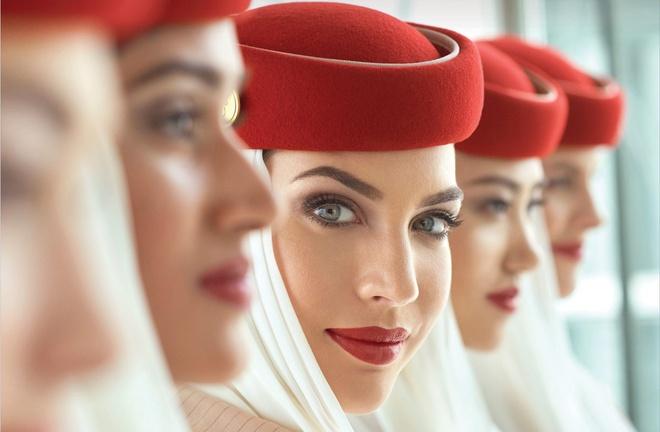Lý do tiếp viên hàng không luôn tô son đỏ - Hình 1